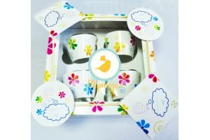 Подарочная коробка на 4 кекса  размер 16,6х16,6х8 см ;цветочки